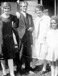 Simmonds, Florence Winifred (1912-1994), Simmonds, Dorothy (1909-1996), Simmonds, John Frederick (1882-1950), Simmonds, Lillian Margaret (1908-2001), Simmonds, Kathleen (1915-2006), Fox, Winifred (1882-1967)